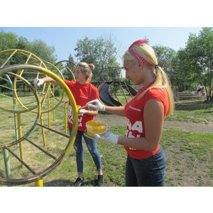 Команда «Молодежки ОНФ» приводит в порядок детские площадки в Омске