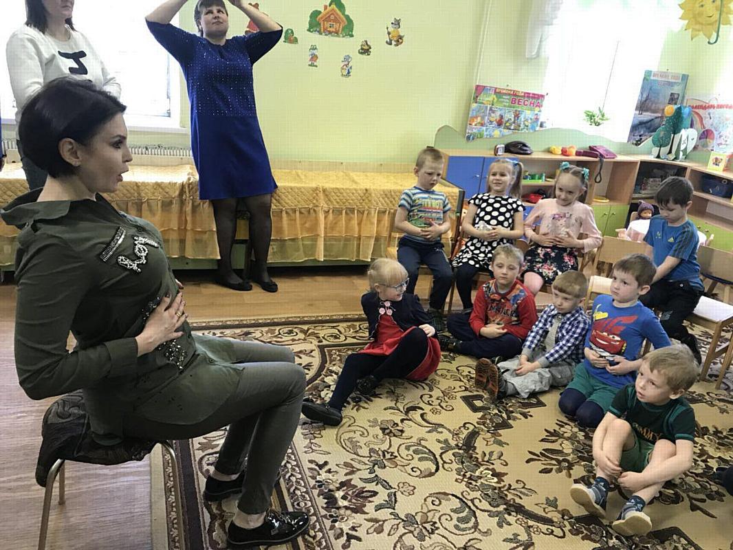 Ольга Лебедева играет с детьми из Вышнего Волочка