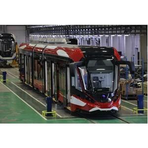 Замглавы Минпромторга РФ осмотрел первый в России трамвай из алюминия