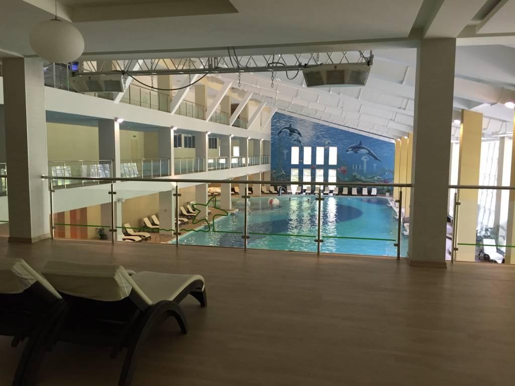 Большой бассейн в СПА центре