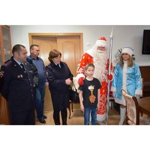 Женсовет УВД Зеленограда вместе с Полицейским Дедом Морозом поздравили зеленоградцев с Новым Годом