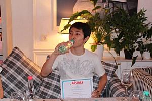 Виктор Ан пьет «Архыз» на традиционном пикнике